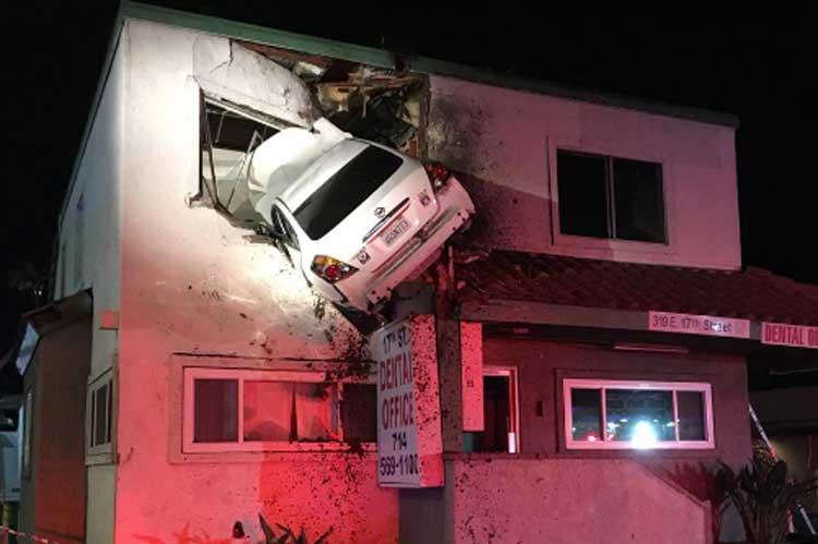 Perierga.gr - Αυτοκίνητο καρφώθηκε στον 1ο όροφο κτηρίου!