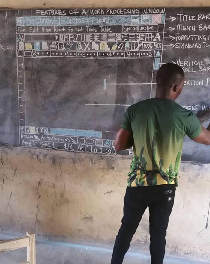 Δάσκαλος στη Γκάνα διδάσκει πληροφορική με το Word ζωγραφισμένο στον πίνακα