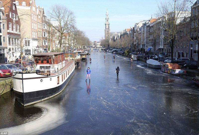 Perierga.gr - Πάγωσαν τα κανάλια του Άμστερνταμ